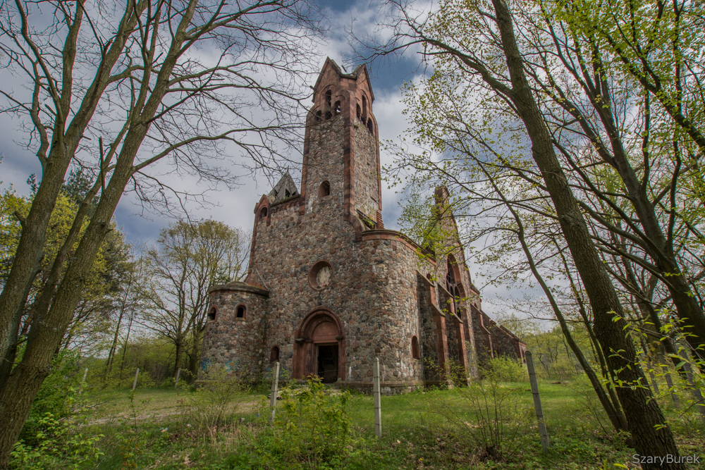 Ruiny kościoła w Pisarzowicach.
